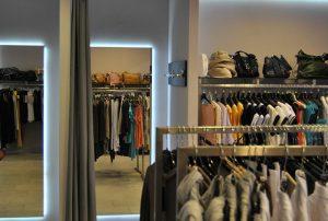 Podświetlane lustra w sklepie z odzieżą